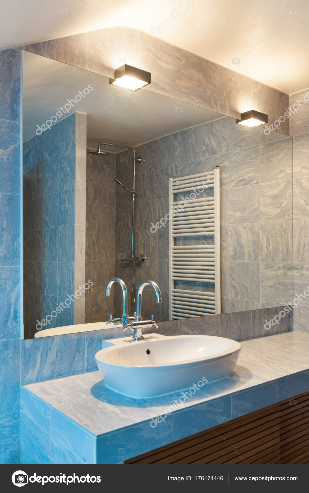interieur, blauwe badkamer — Stockfoto © Zveiger #176174446