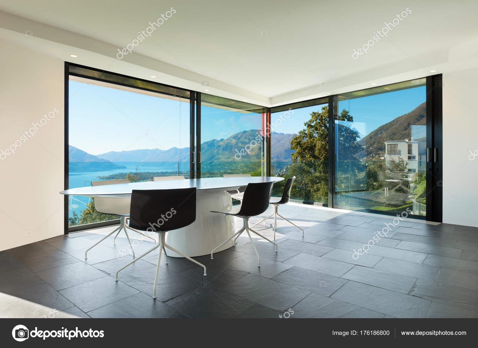 Interieur moderne huis eetkamer u stockfoto zveiger