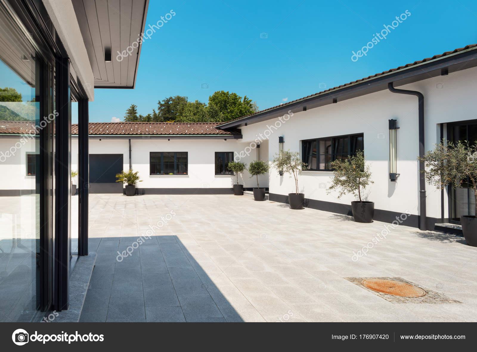 Maison blanche à lextérieur façade vue depuis la cour image de zveiger