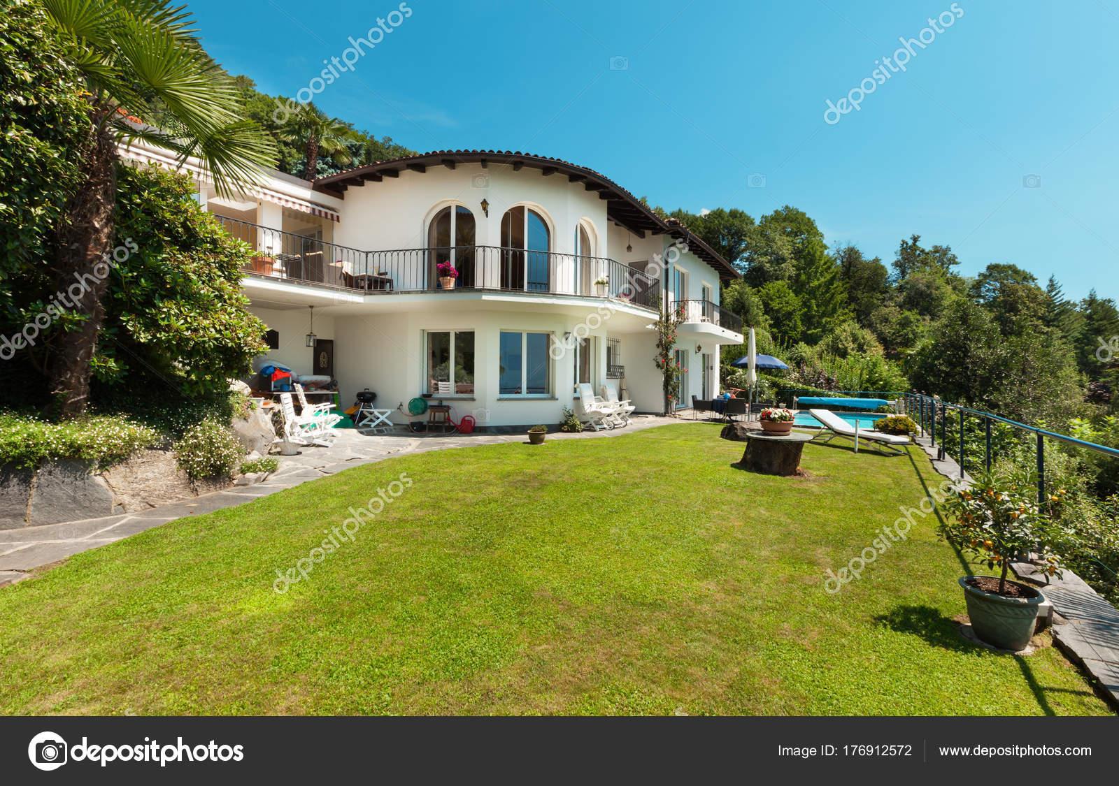 Haus, Blick vom Garten — Stockfoto © Zveiger #176912572
