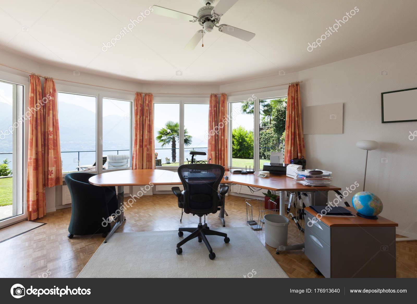 Ufficio In Una Casa : Interno di una casa ufficio u foto stock zveiger