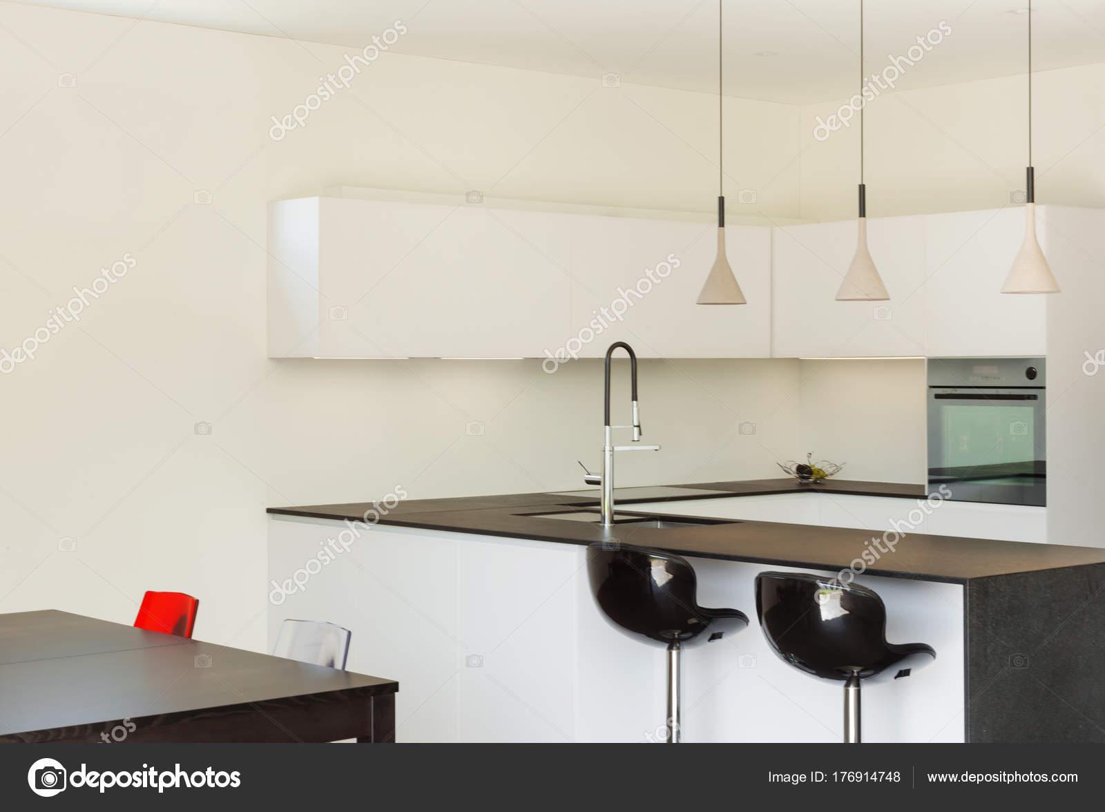 Interieur modern huis keuken u stockfoto zveiger
