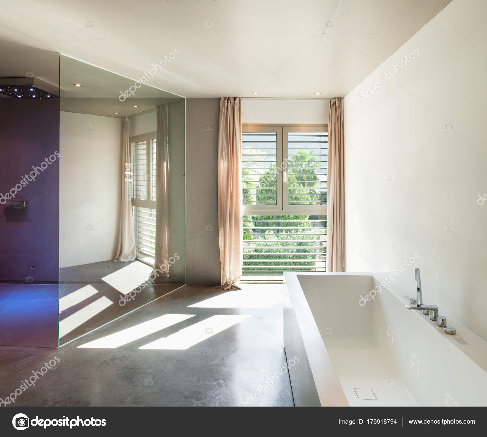 Modernes Haus, Interieur, Badezimmer — Stockfoto © Zveiger #176918794