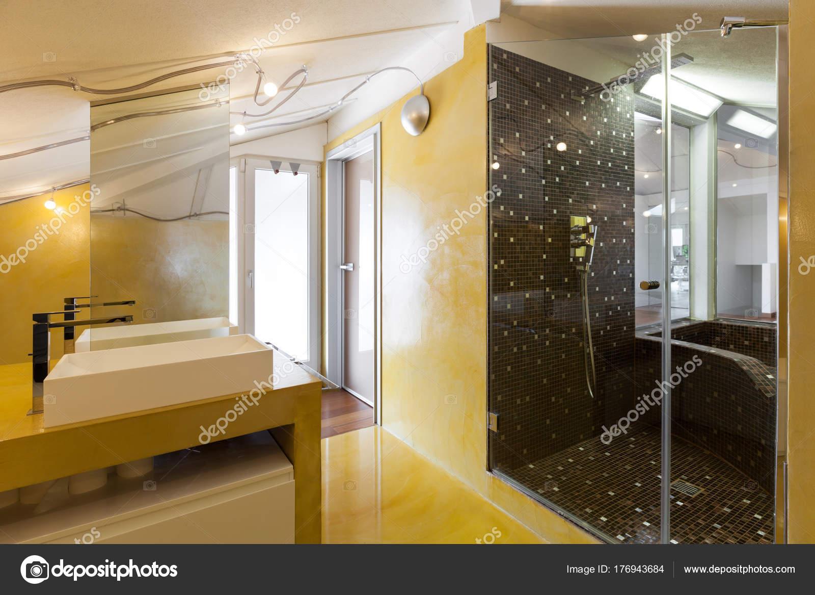 gele badkamer — Stockfoto © Zveiger #176943684