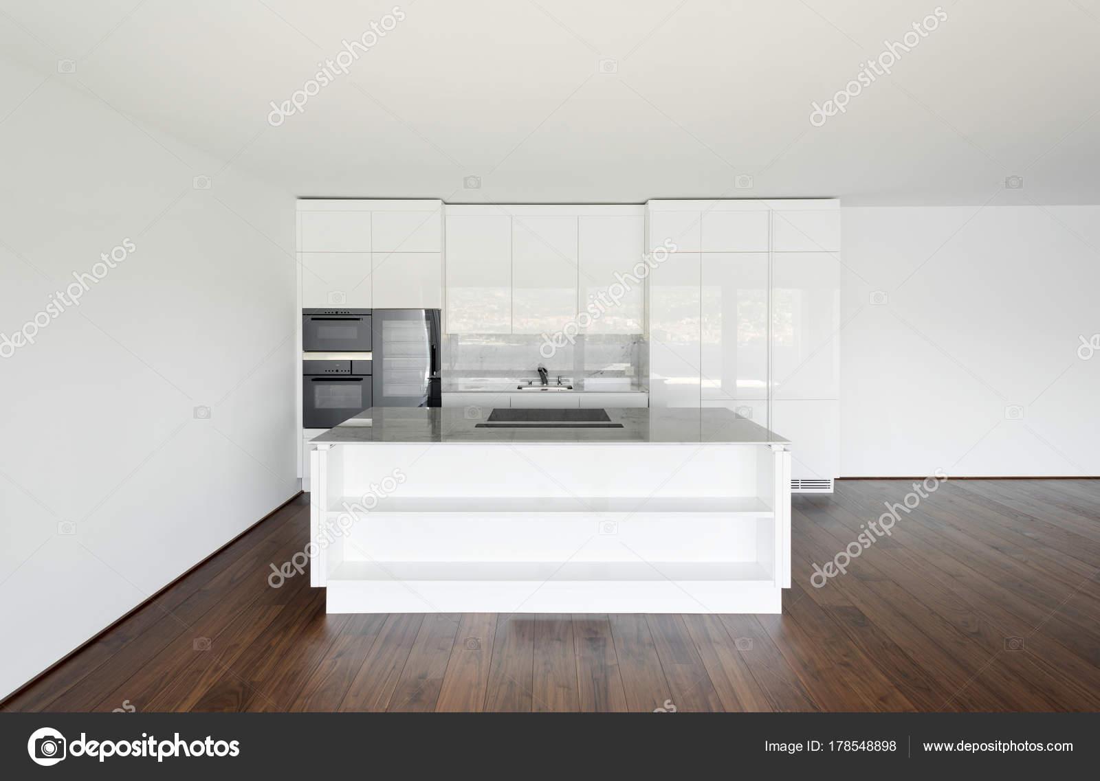Mooie Witte Keuken : Mooie lege appartement witte keuken u2014 stockfoto © zveiger #178548898