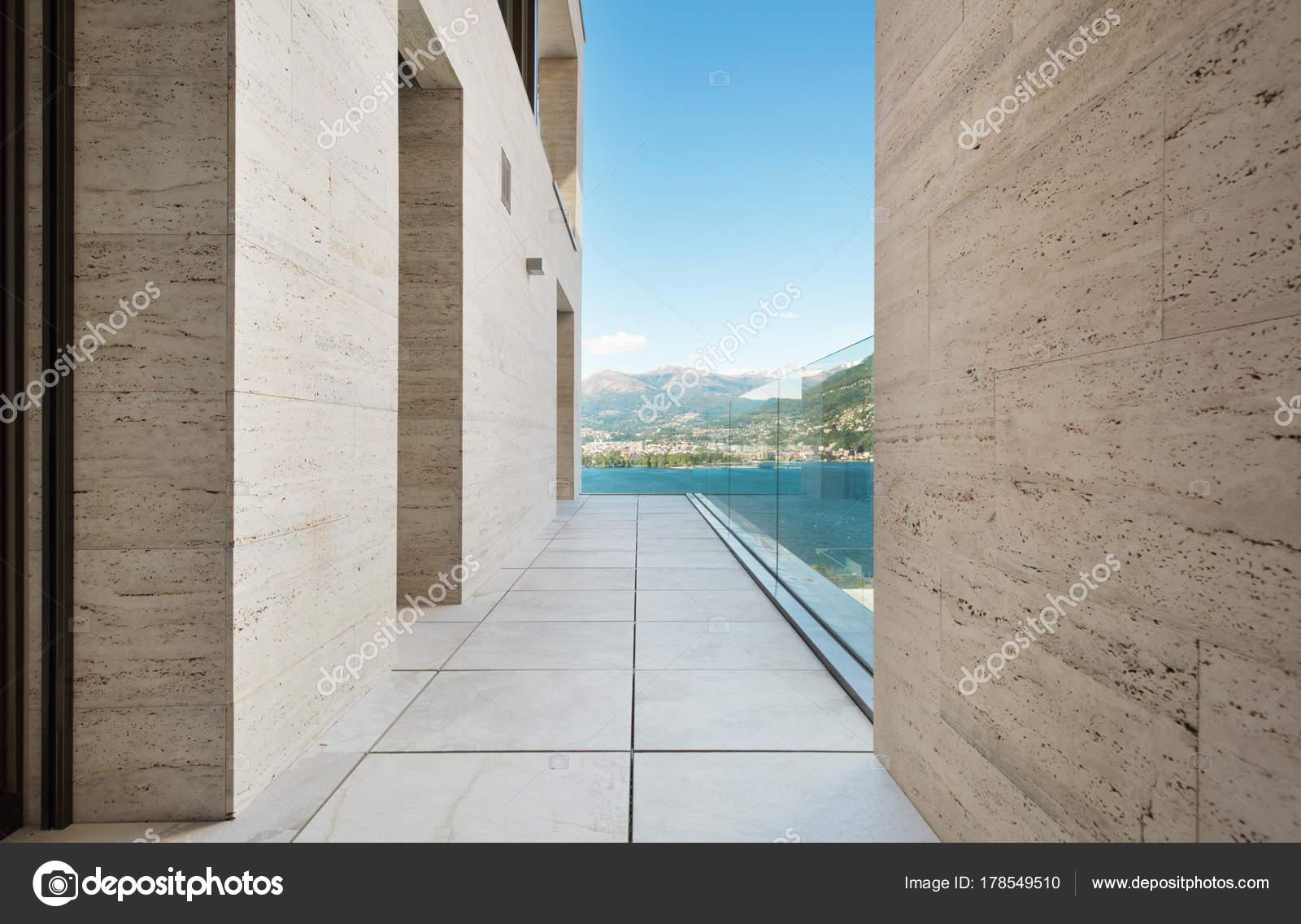 Terras van een modern gebouw u stockfoto zveiger