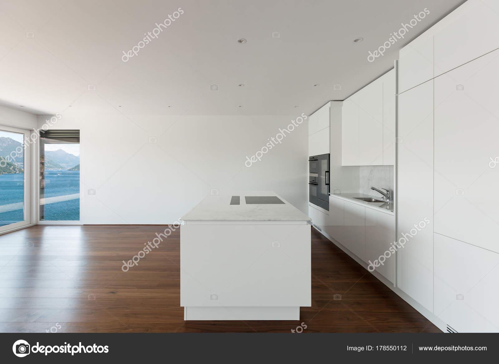 Lindo apartamento vazio piso madeira cozinha moderna for Cucine in stock
