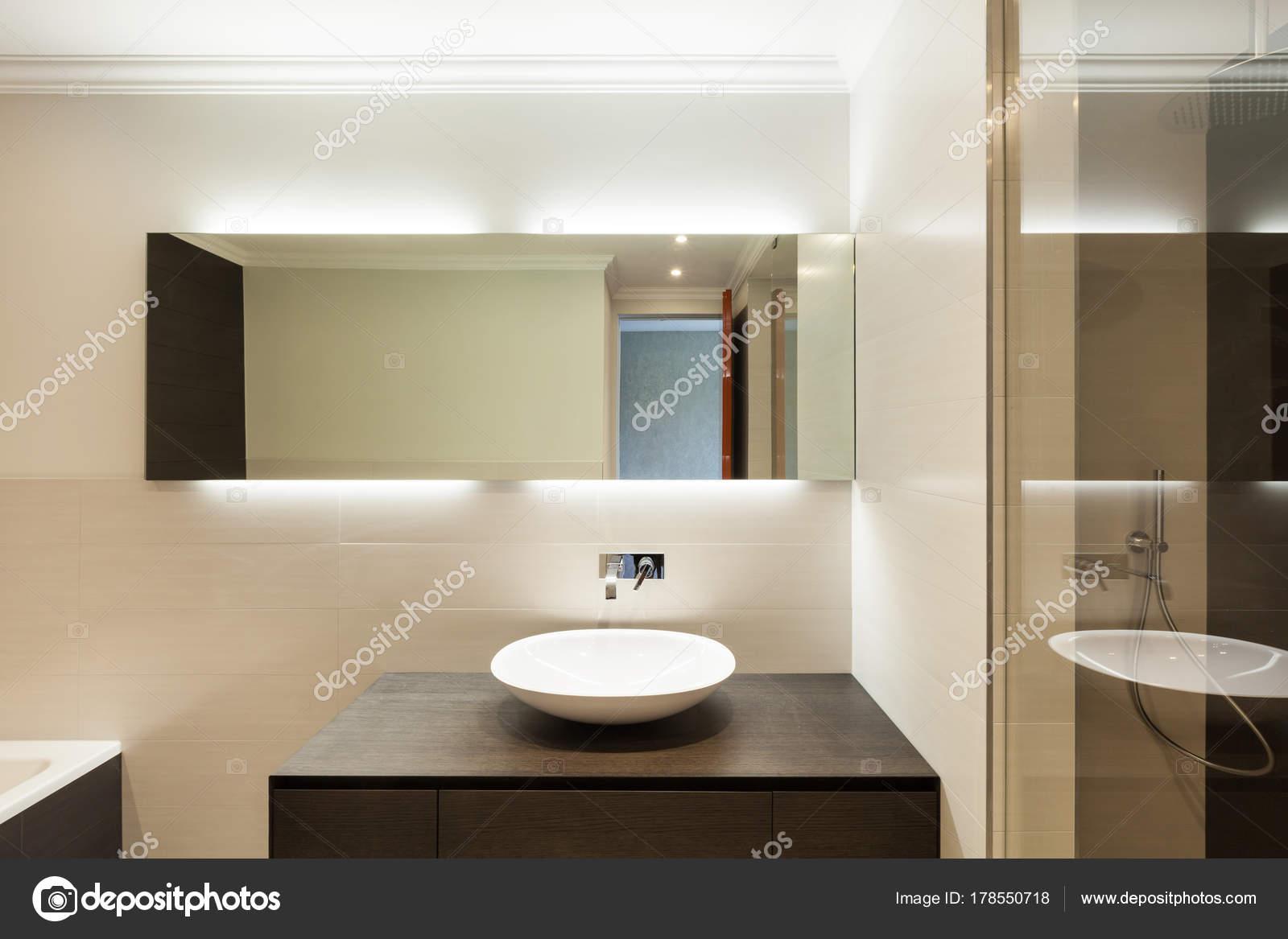 Mooie moderne badkamer keramische wastafel spiegel u stockfoto