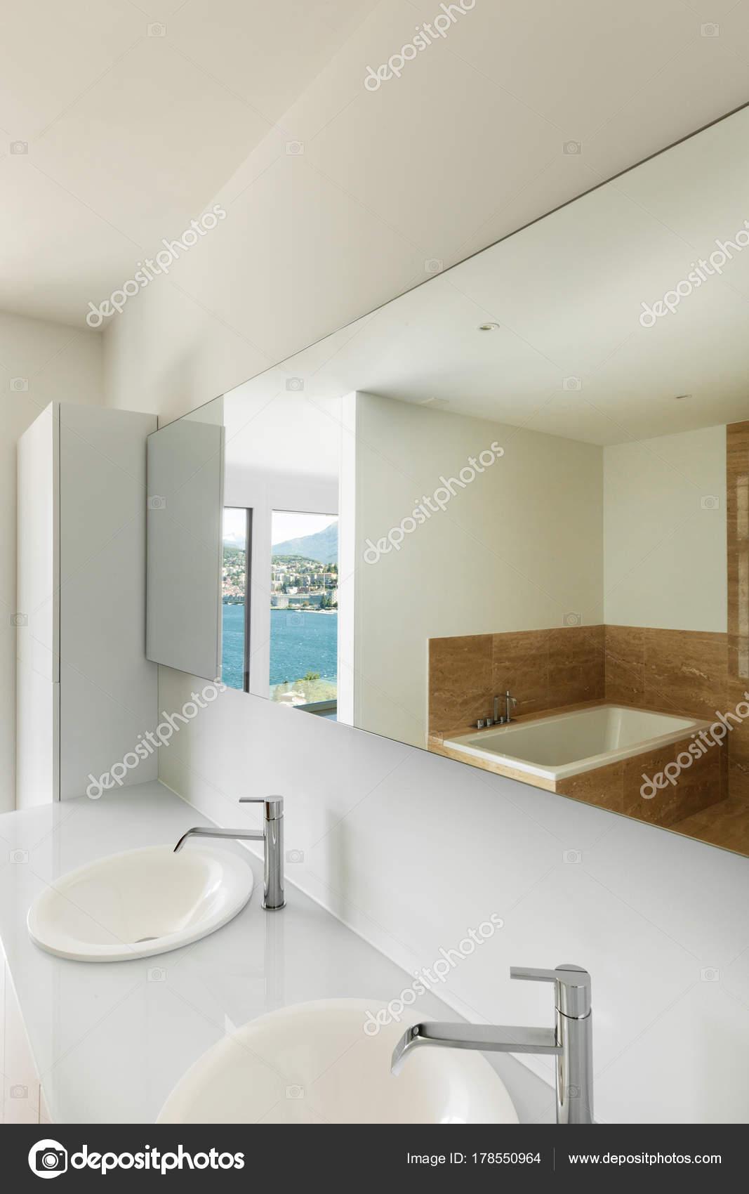wasbak van een moderne badkamer — Stockfoto © Zveiger #178550964