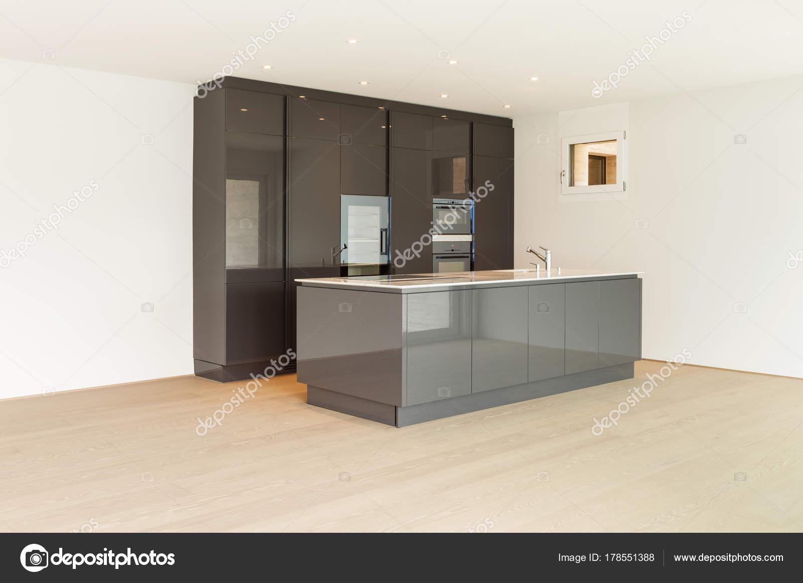 Schönes Haus, moderne Küche — Stockfoto © Zveiger #178551388