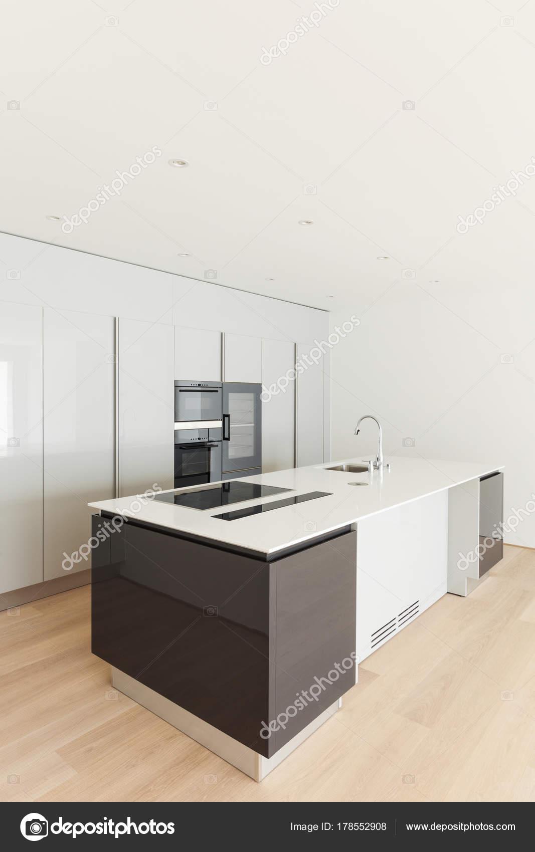Lindo Apartamento Vazio Piso Madeira Ilha Cozinha Stock Photo