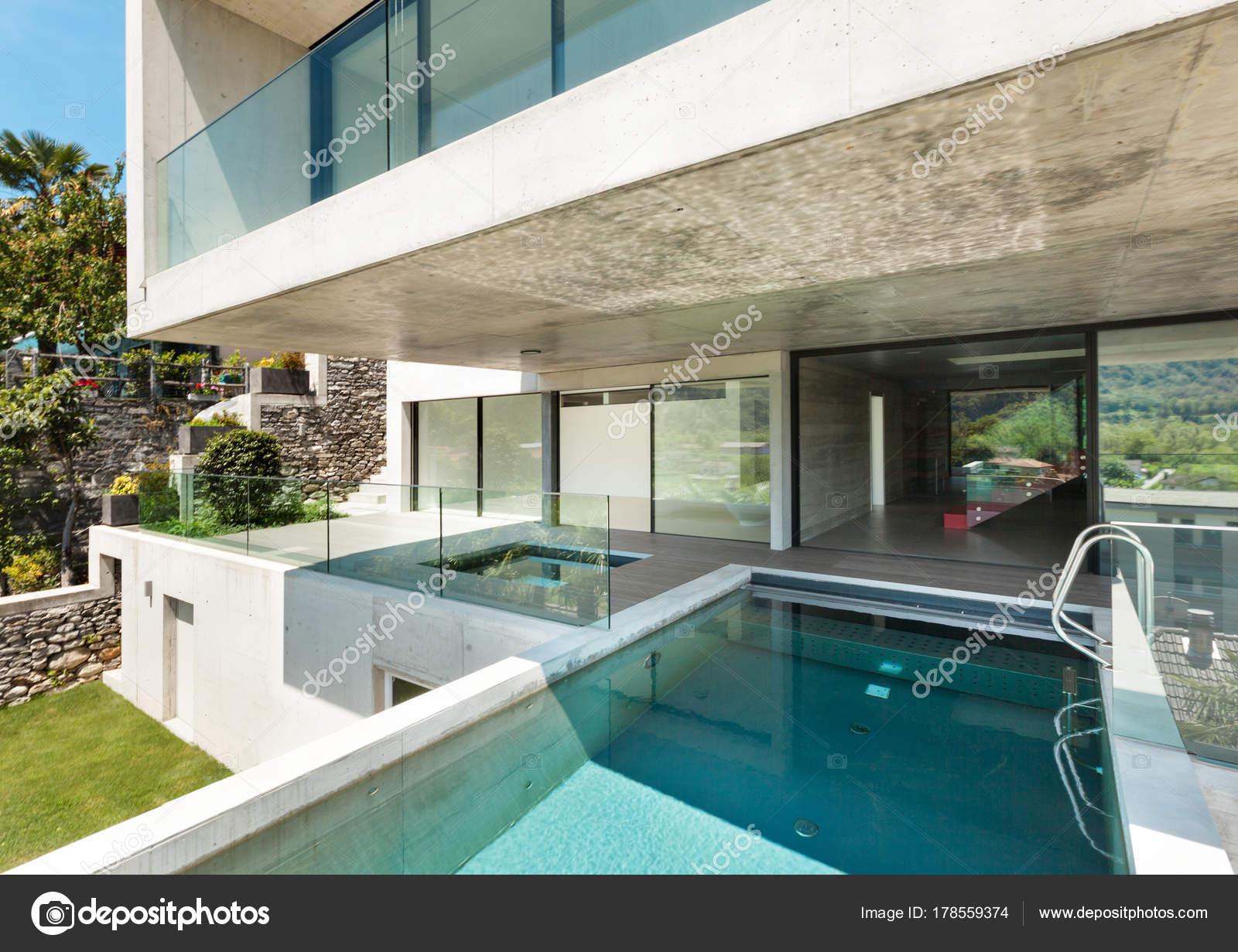 Schönes modernes Haus in Zement — Stockfoto © Zveiger #178559374