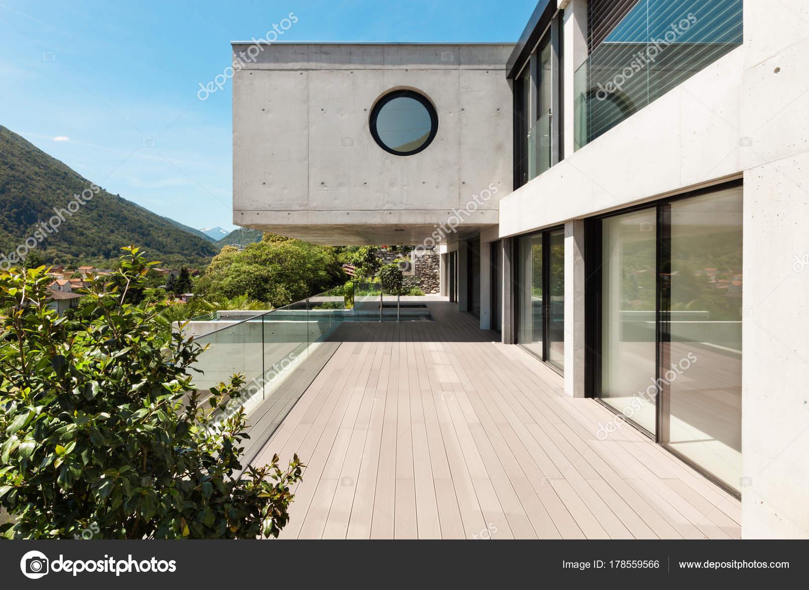 Schönes modernes Haus in Zement — Stockfoto © Zveiger #178559566