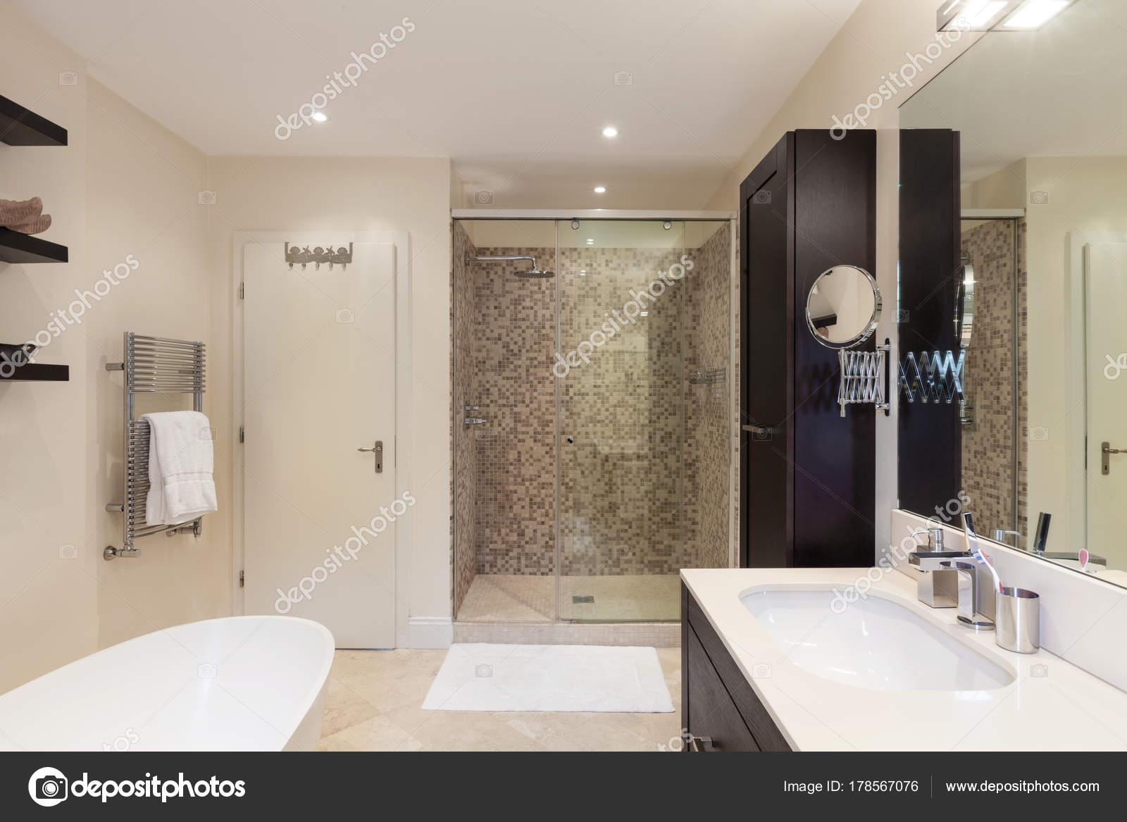 Badkamer Los Bad : Interieur badkamer u stockfoto zveiger
