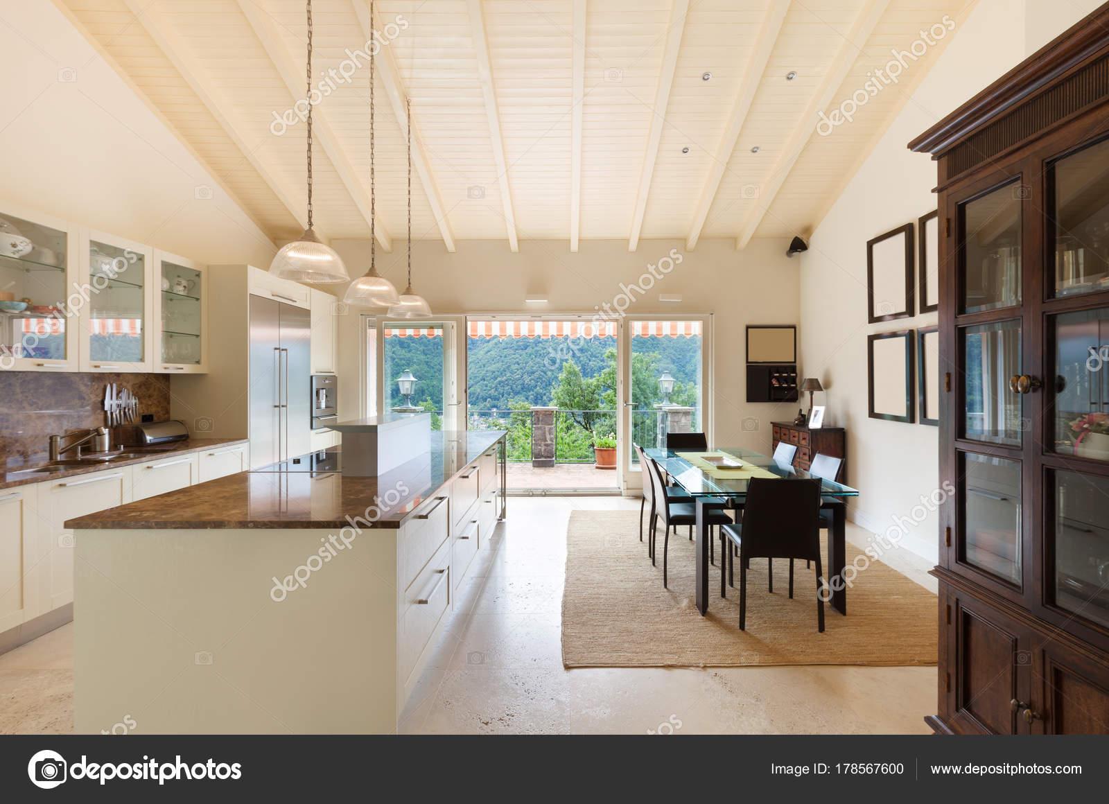 Haus, große Küche — Stockfoto © Zveiger #178567600