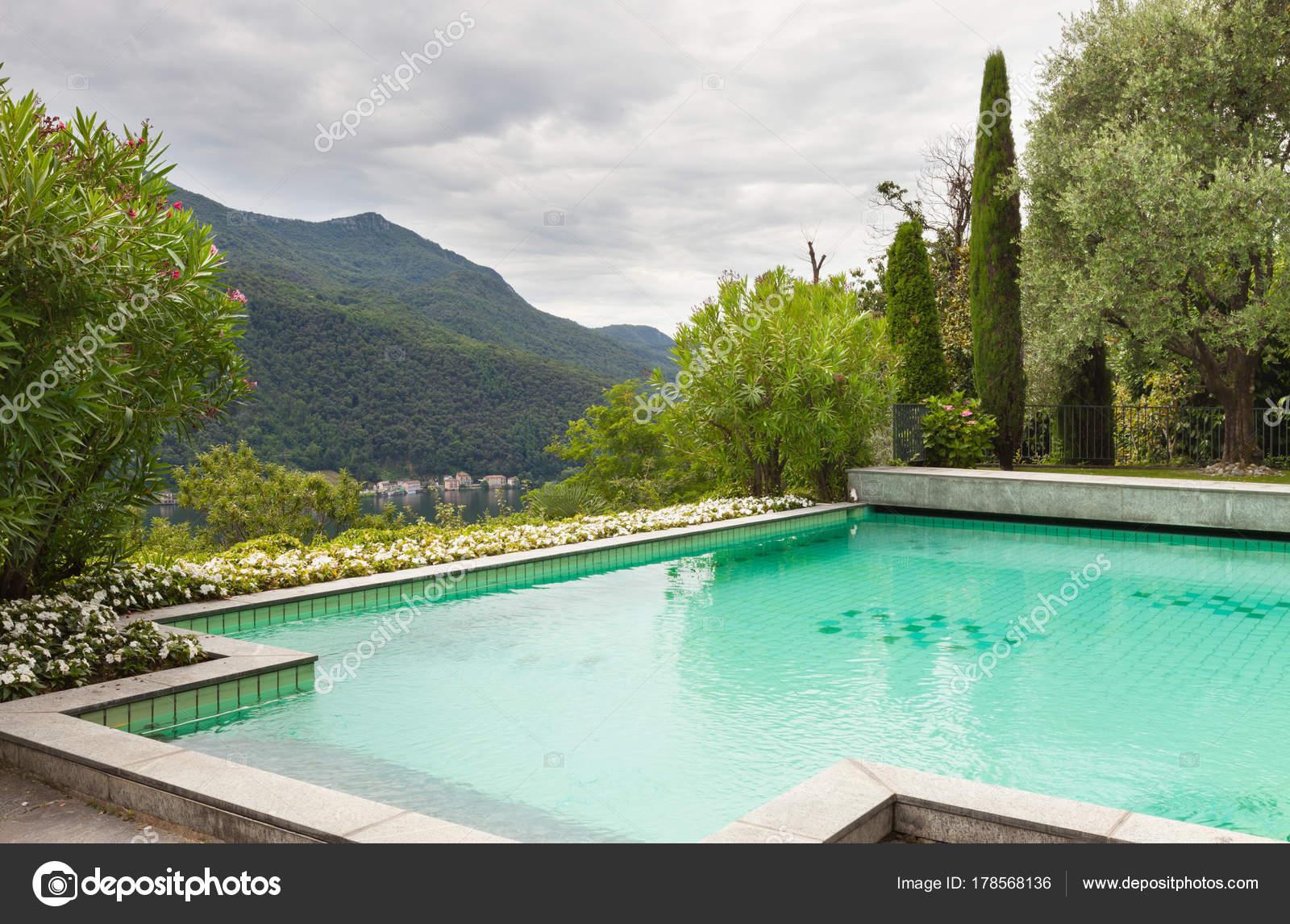 Casa con piscina foto stock zveiger 178568136 for Casa con piscina urdaibai