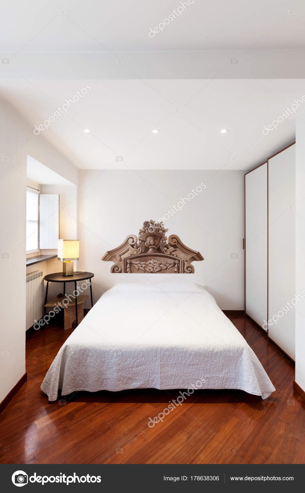 Elegante camera da letto con decorazione della parete — Foto ...