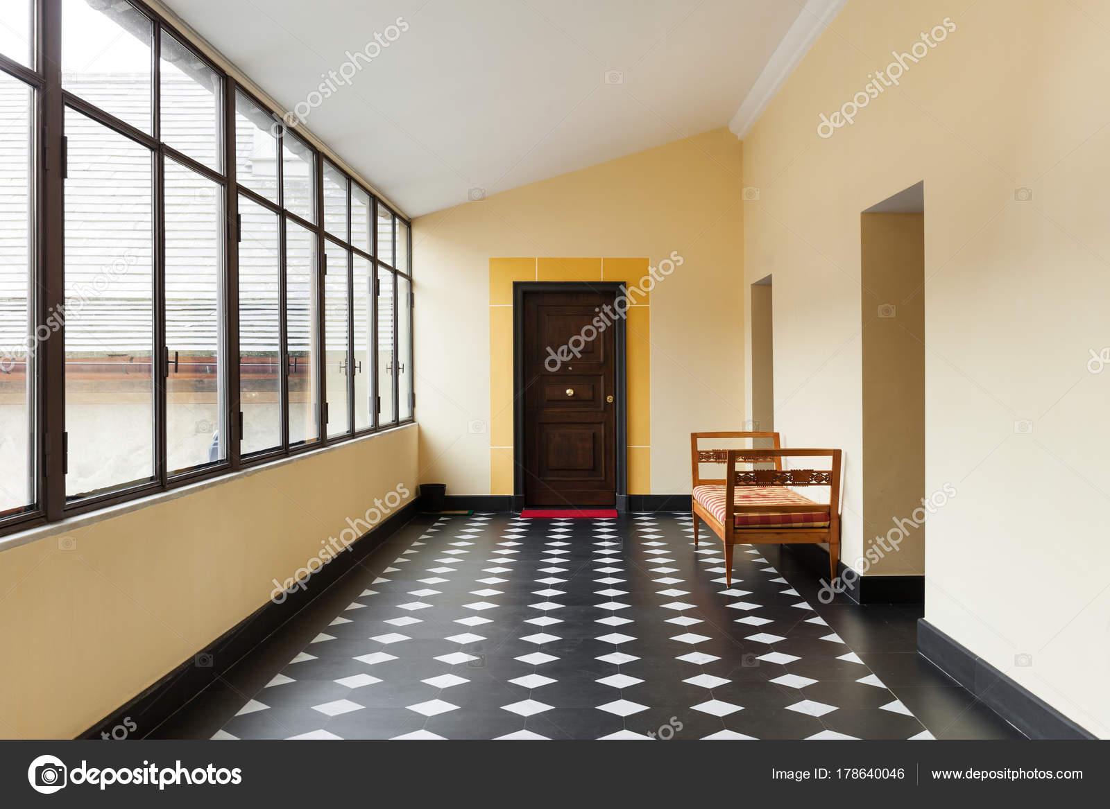 Altbau, Großer Flur Mit Windows U2014 Foto Von Zveiger