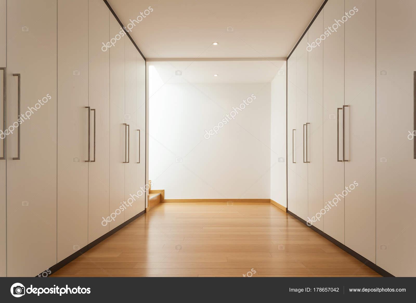 Corridoio Lungo Casa : Interni lungo corridoio con armadi u foto stock zveiger