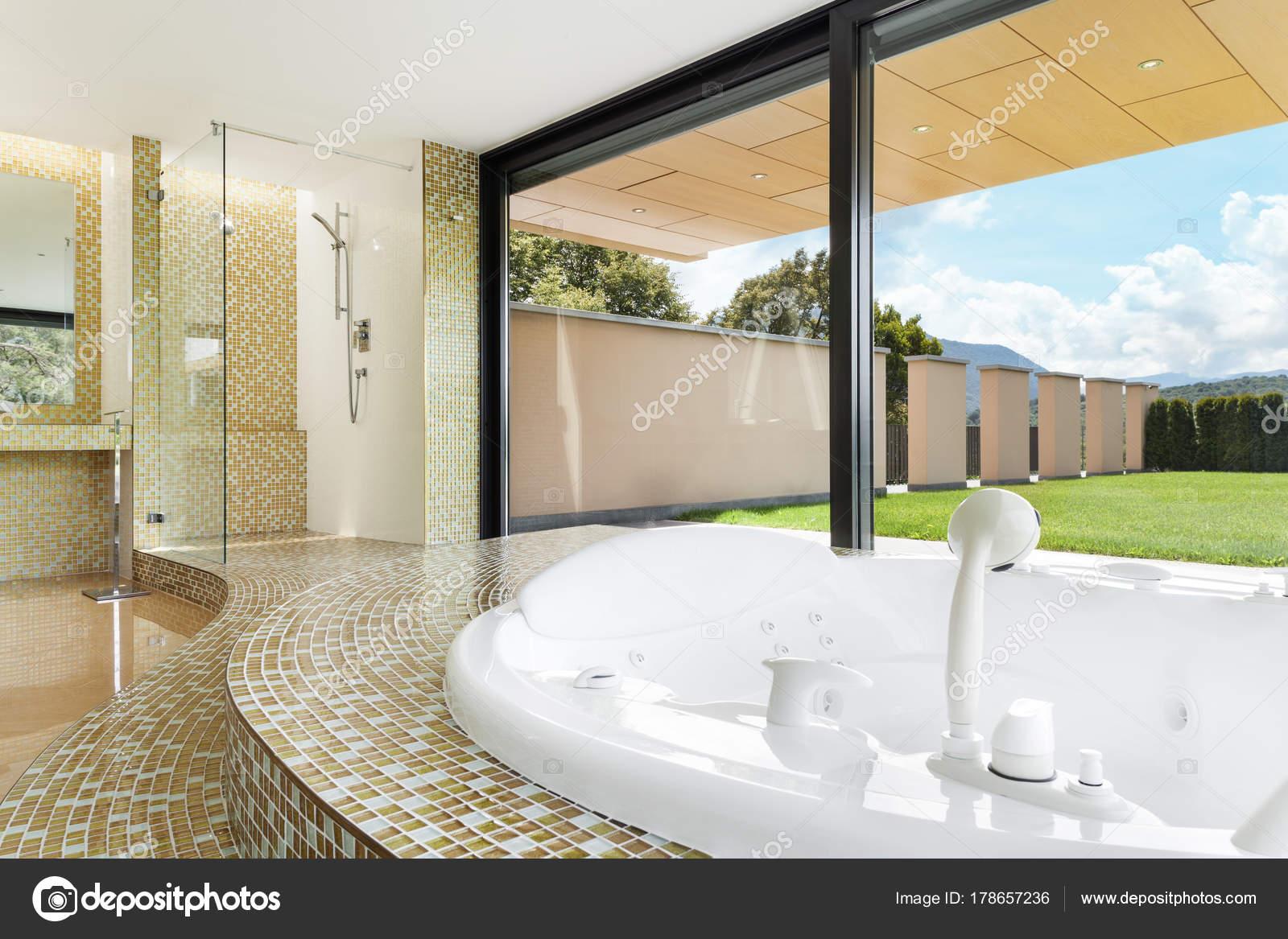 belle salle de bain avec jacuzzi — Photographie Zveiger © #178657236