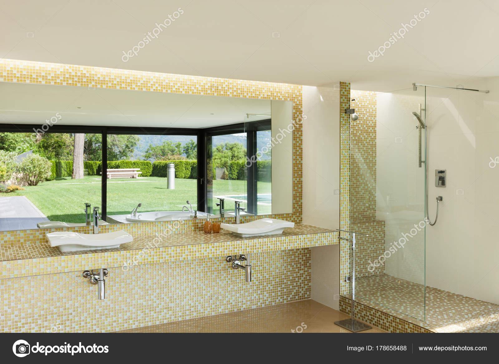 Schönes Badezimmer anzeigen — Stockfoto © Zveiger #178658488