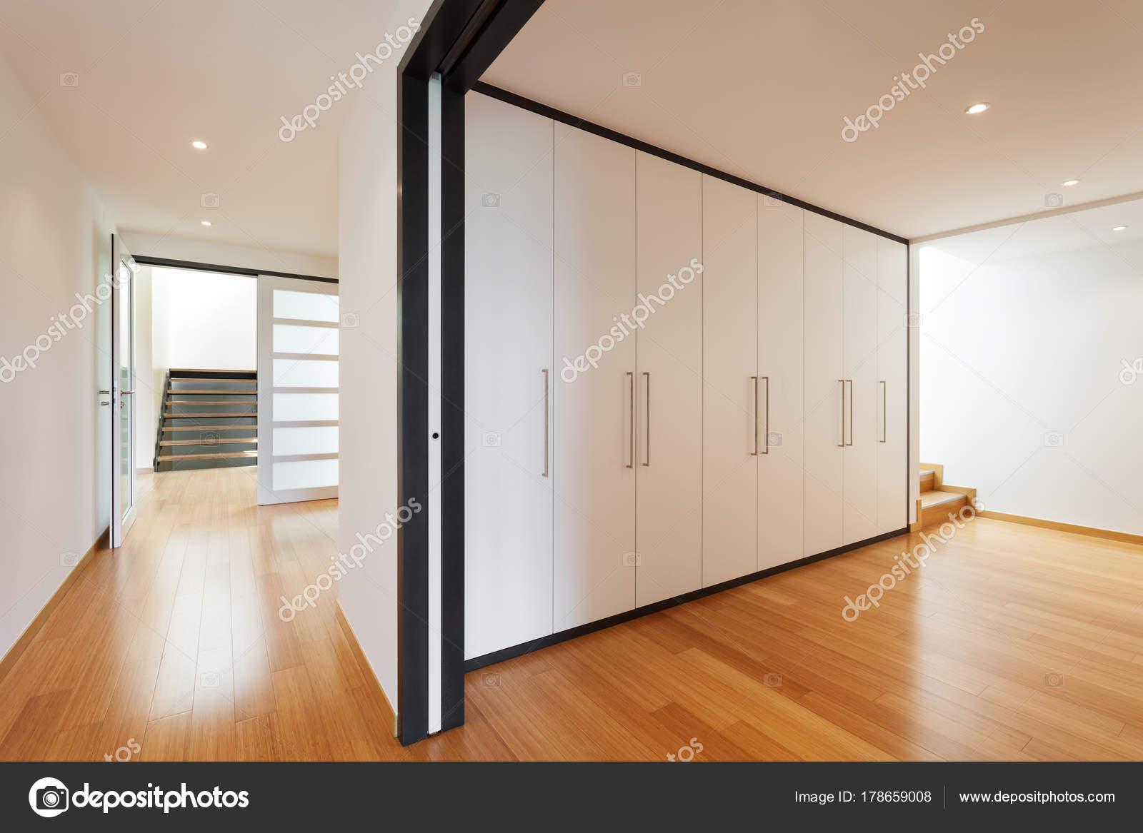 Corridoio Lungo Casa : Interno corridoio con armadi u foto stock zveiger