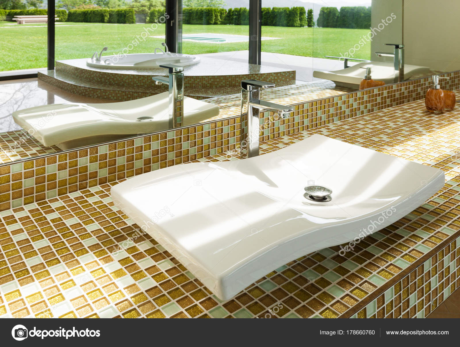 Mooie badkamer wastafel u stockfoto zveiger