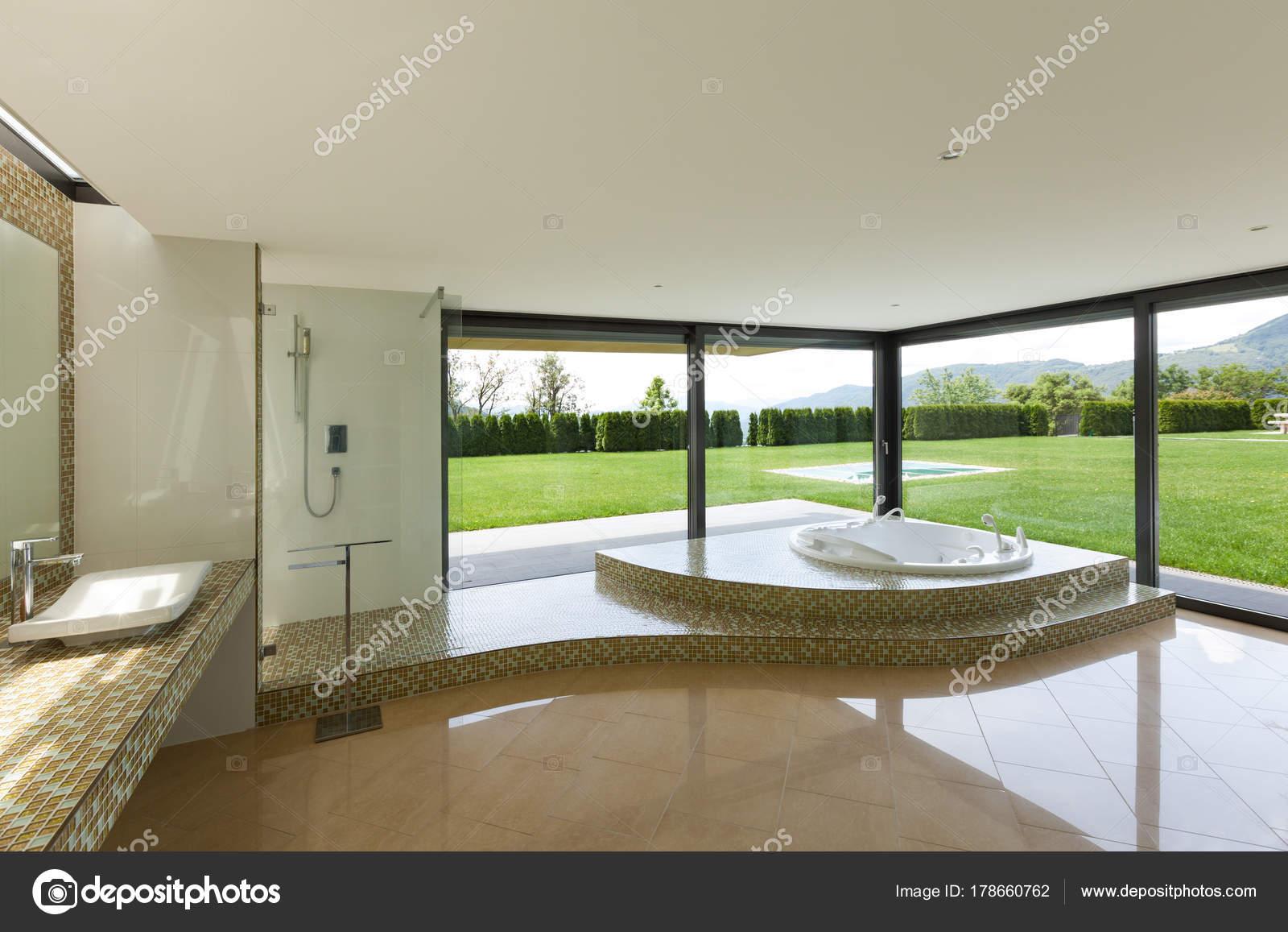 Schönes Badezimmer mit Jacuzzi — Stockfoto © Zveiger #178660762