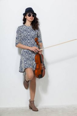 Young woman with dark glasses and a violin