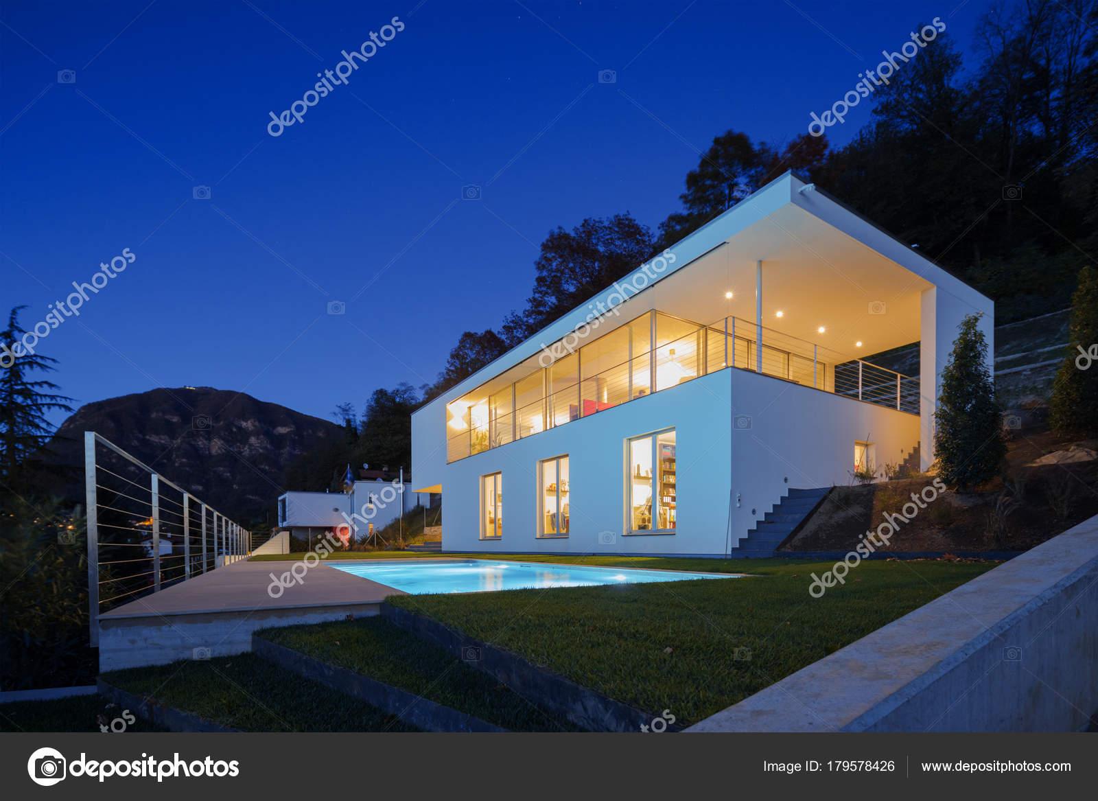 Moderne Villa, außen in der Nacht leuchtet auf — Stockfoto © Zveiger ...