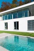 Modernes weißes Haus mit Garten