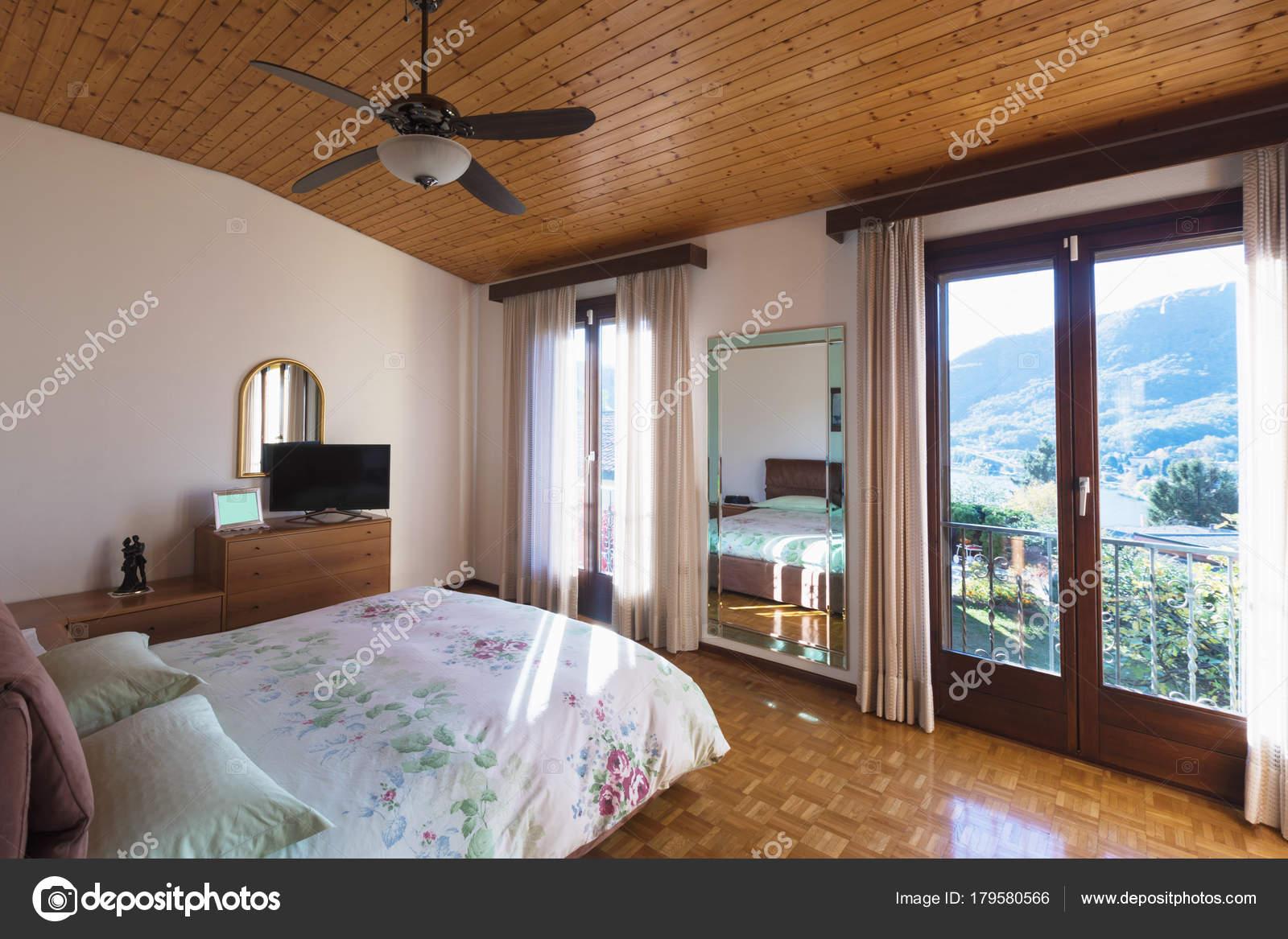 chambre à coucher avec plancher et plafond en bois — photographie