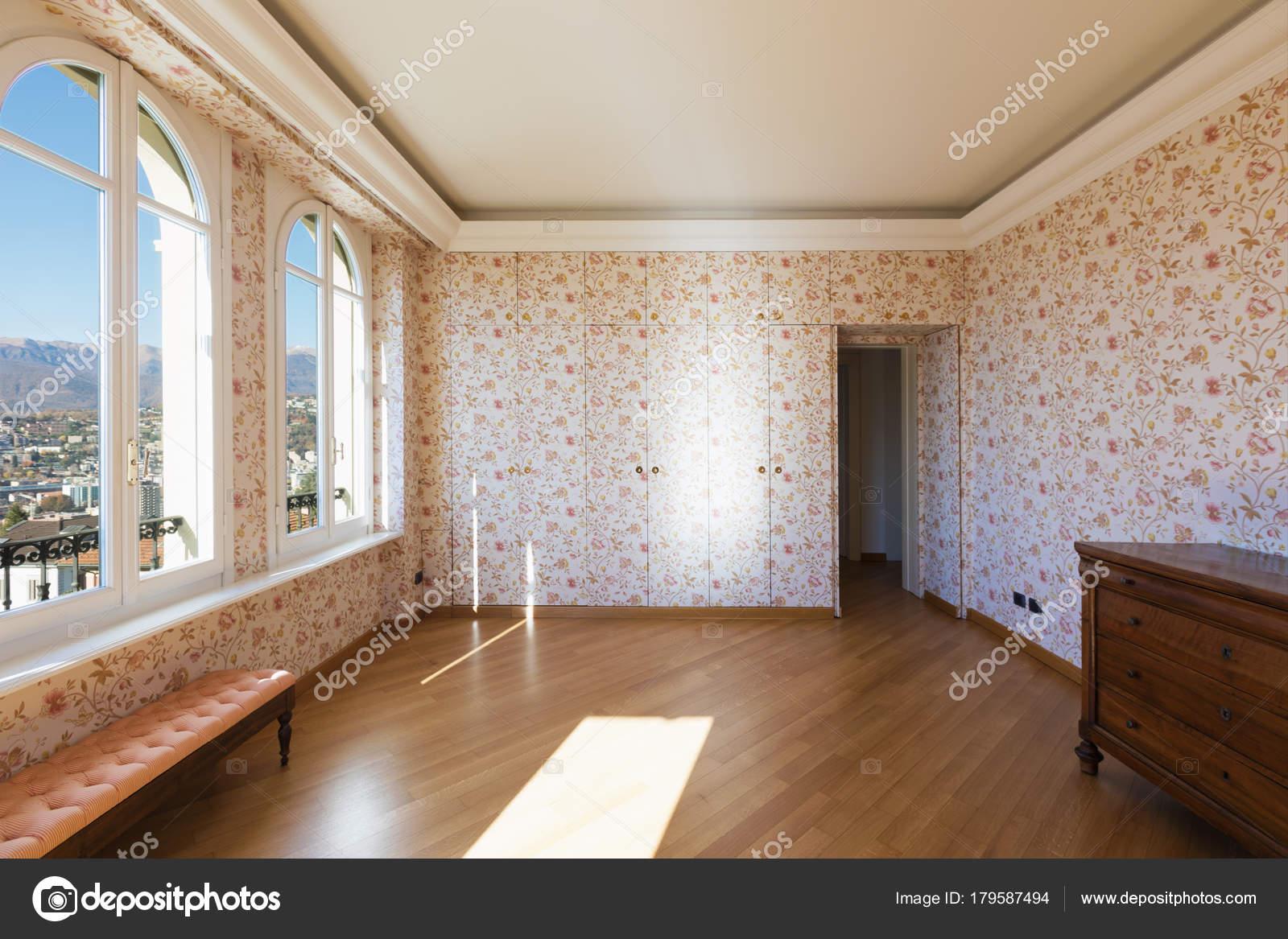 Retro kamer met bloemen behang u stockfoto zveiger