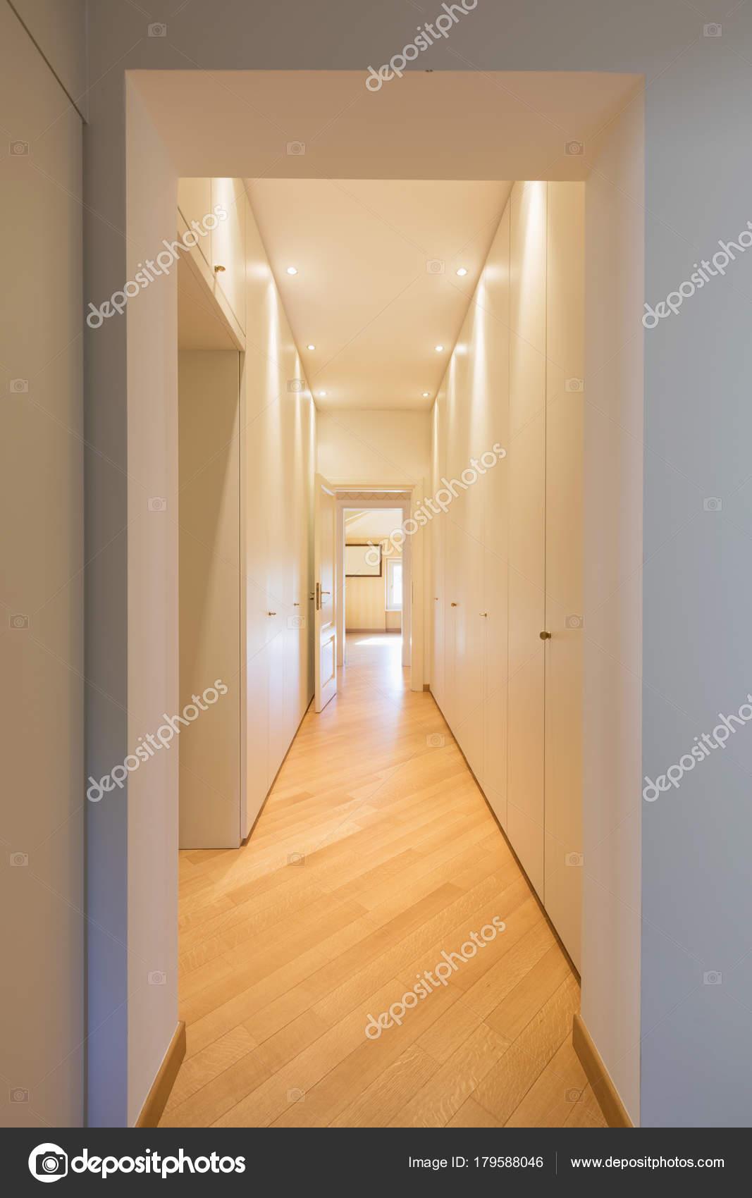 сучасні коридору з шаф купе стокове фото білий Zveiger 179588046