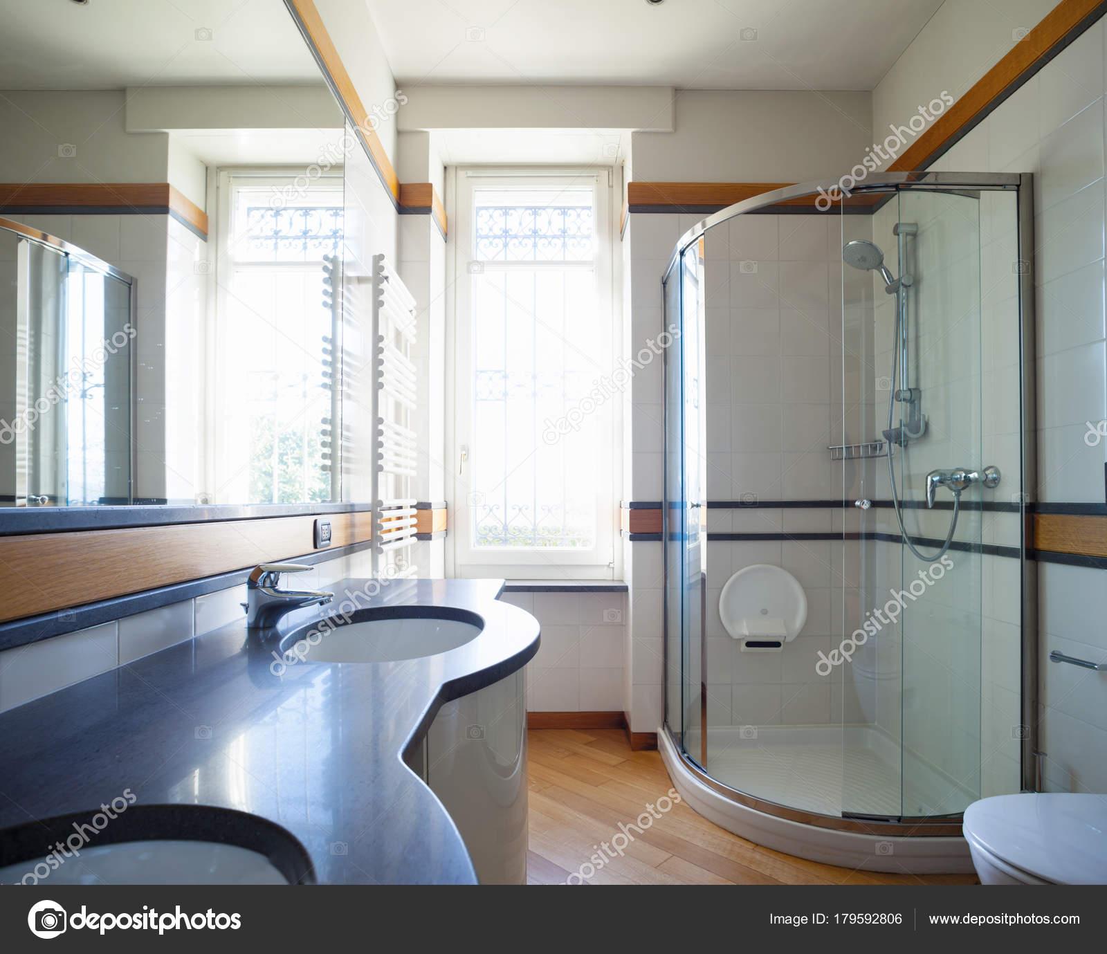 moderno cuarto de baño con espejo grande — Fotos de Stock © Zveiger ...