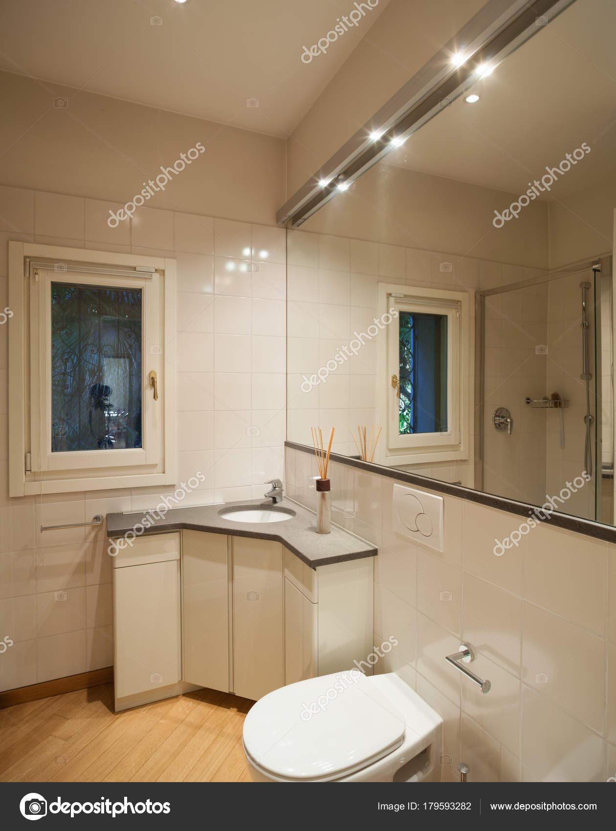 moderno cuarto de baño con espejo grande — Foto de stock © Zveiger ...
