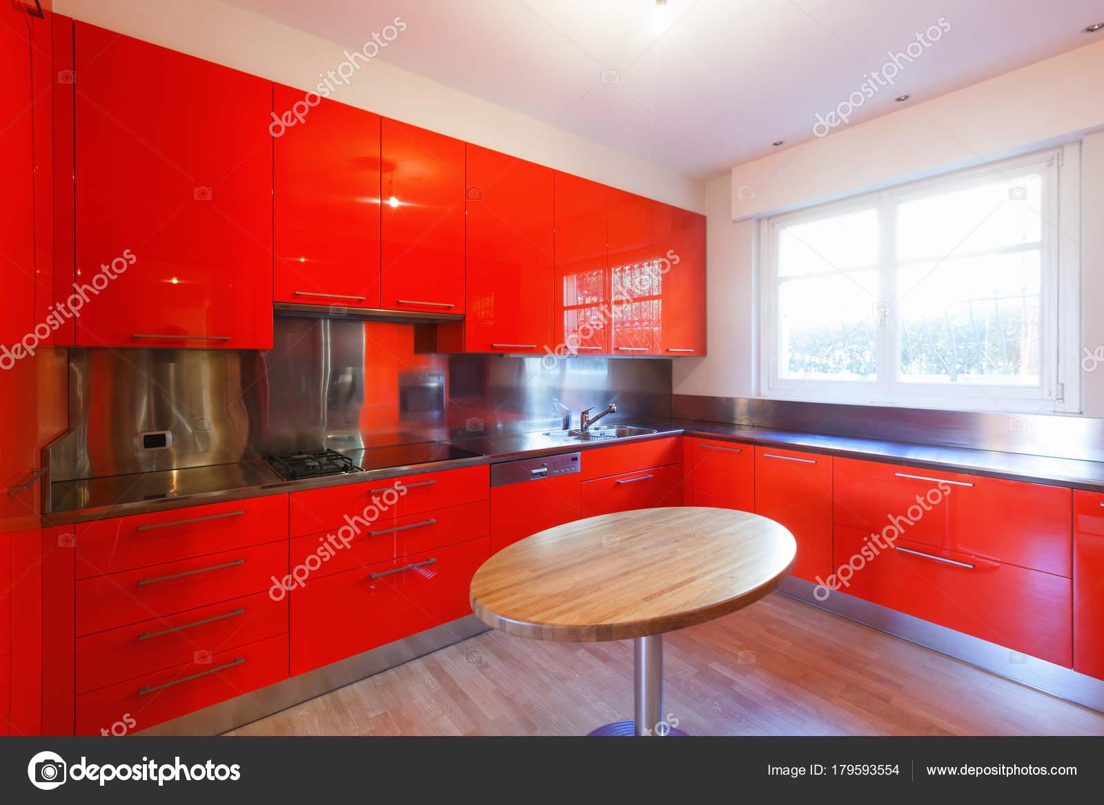 Cucina moderna laccato con colore rosso — Foto Stock © Zveiger ...
