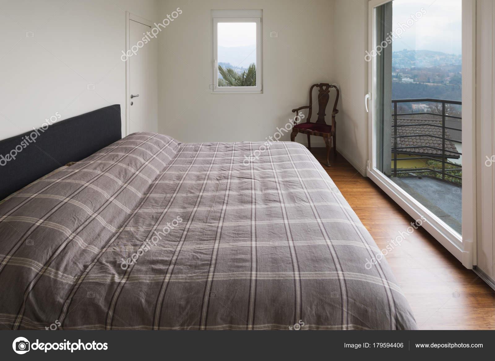 Camera da letto bianca, grandi finestre — Foto Stock © Zveiger ...