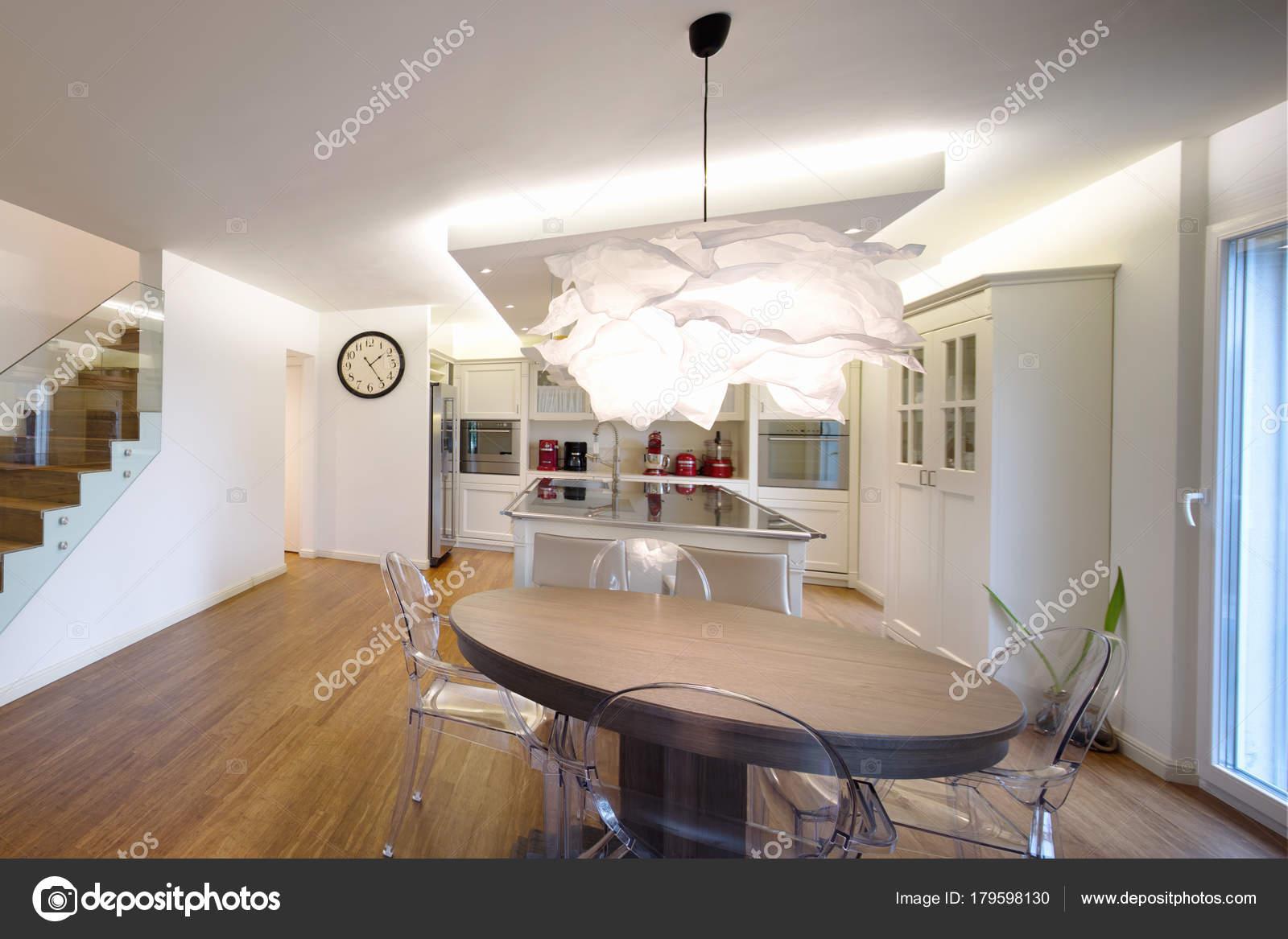 Soggiorno e cucina in spazio aperto — Foto Stock © Zveiger #179598130