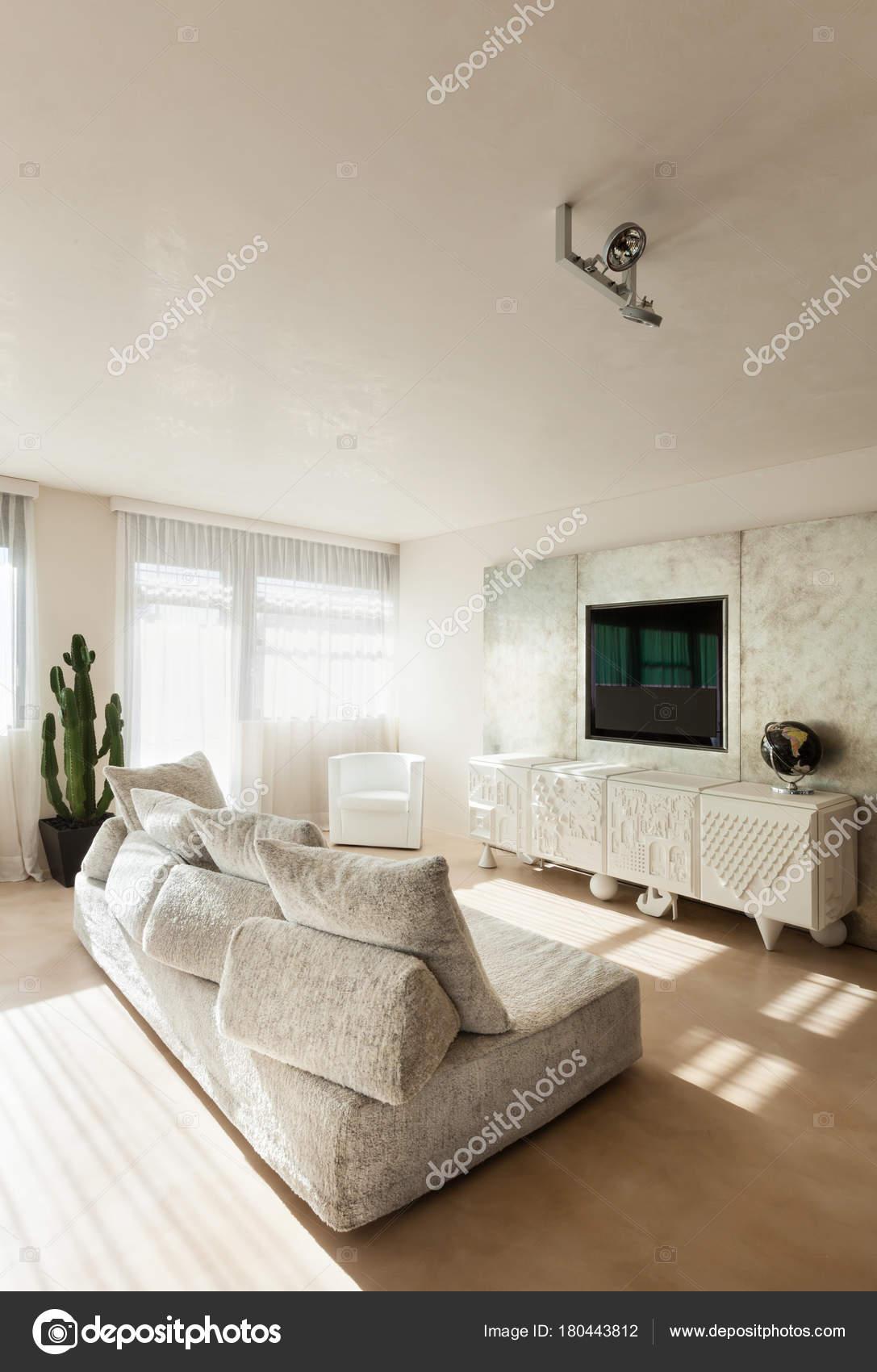 Interieur moderne Wohnung — Stockfoto © Zveiger #180443812