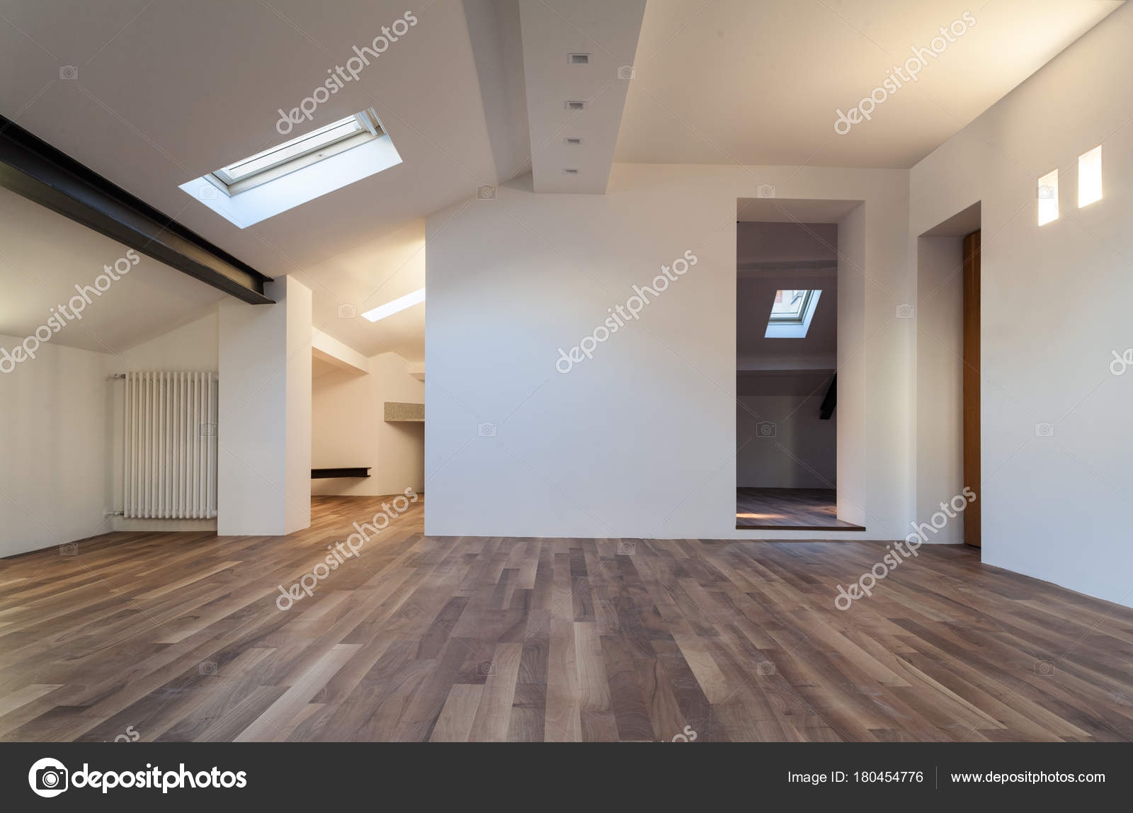 Huis interieur zolder u stockfoto zveiger