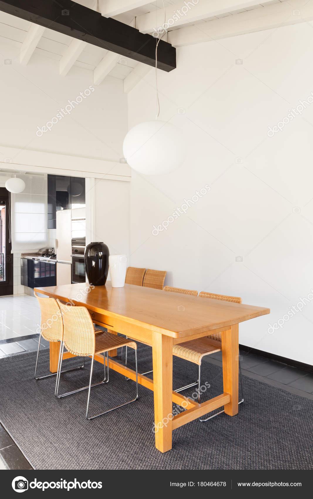 wohngebaude komfortable loft moderne mobel esstisch stockfoto