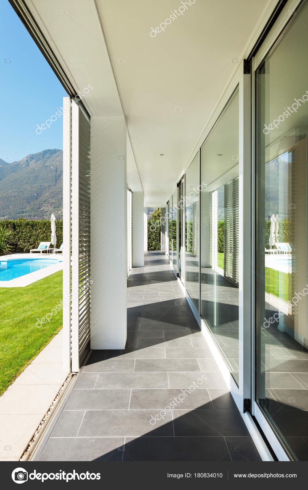 moderne Villa mit pool — Stockfoto © Zveiger #180834010