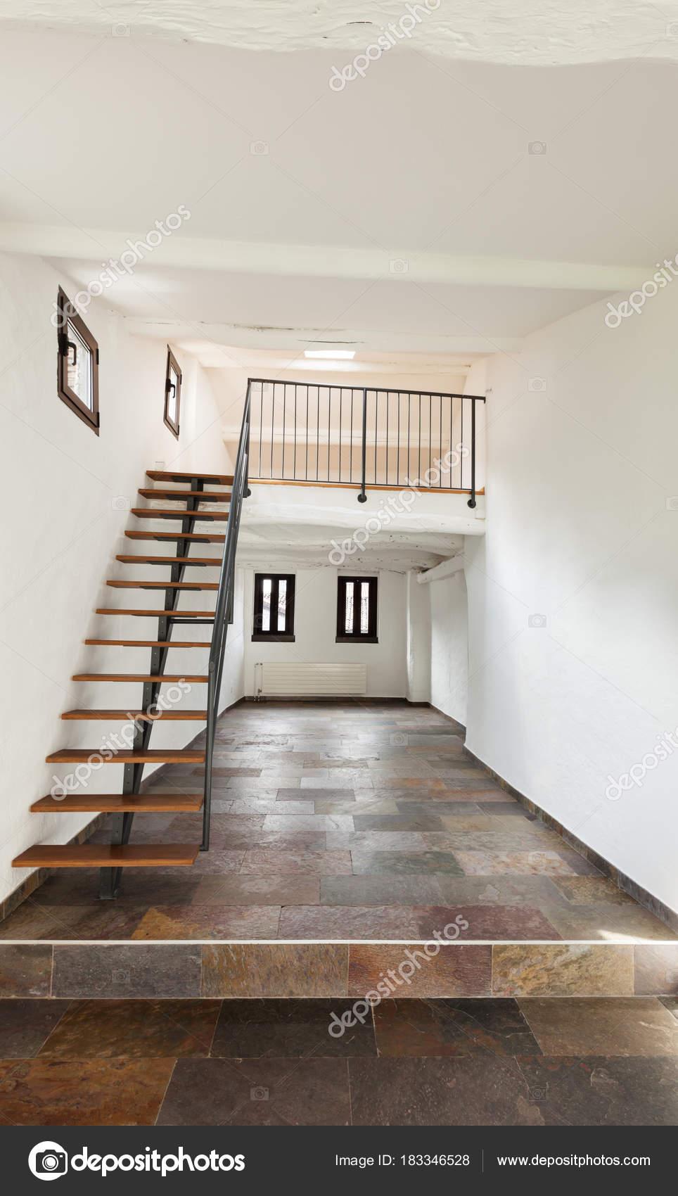 interieur rustiek huis grote kamer met trap foto van zveiger