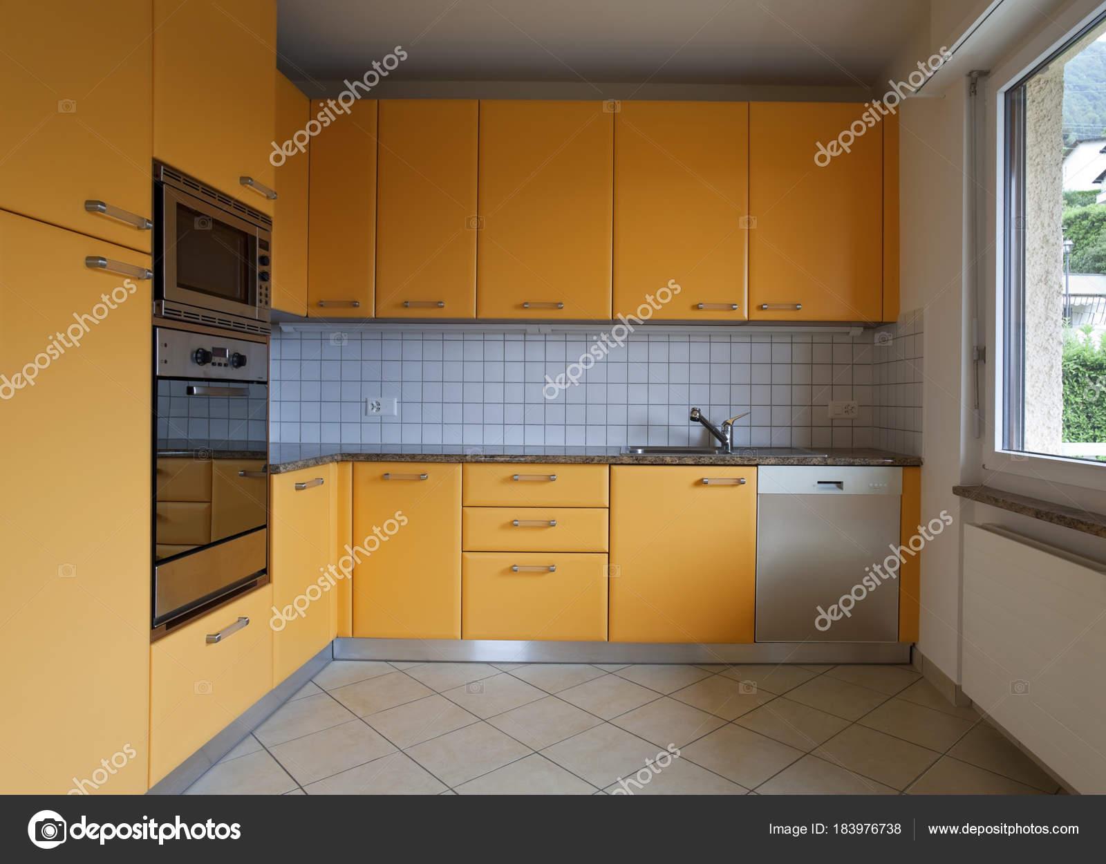 Cozinha Em Azulejo E Decora O Laranja Fotografias De Stock