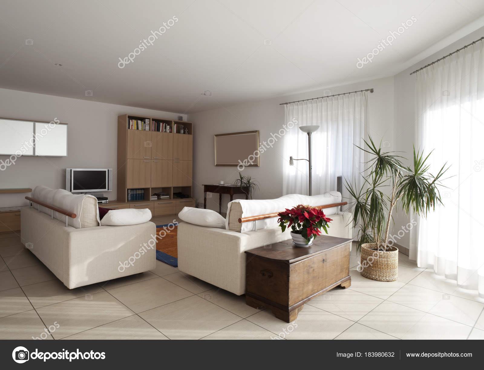 gezellige woonkamer hoek door de ramen — Stockfoto © Zveiger #183980632