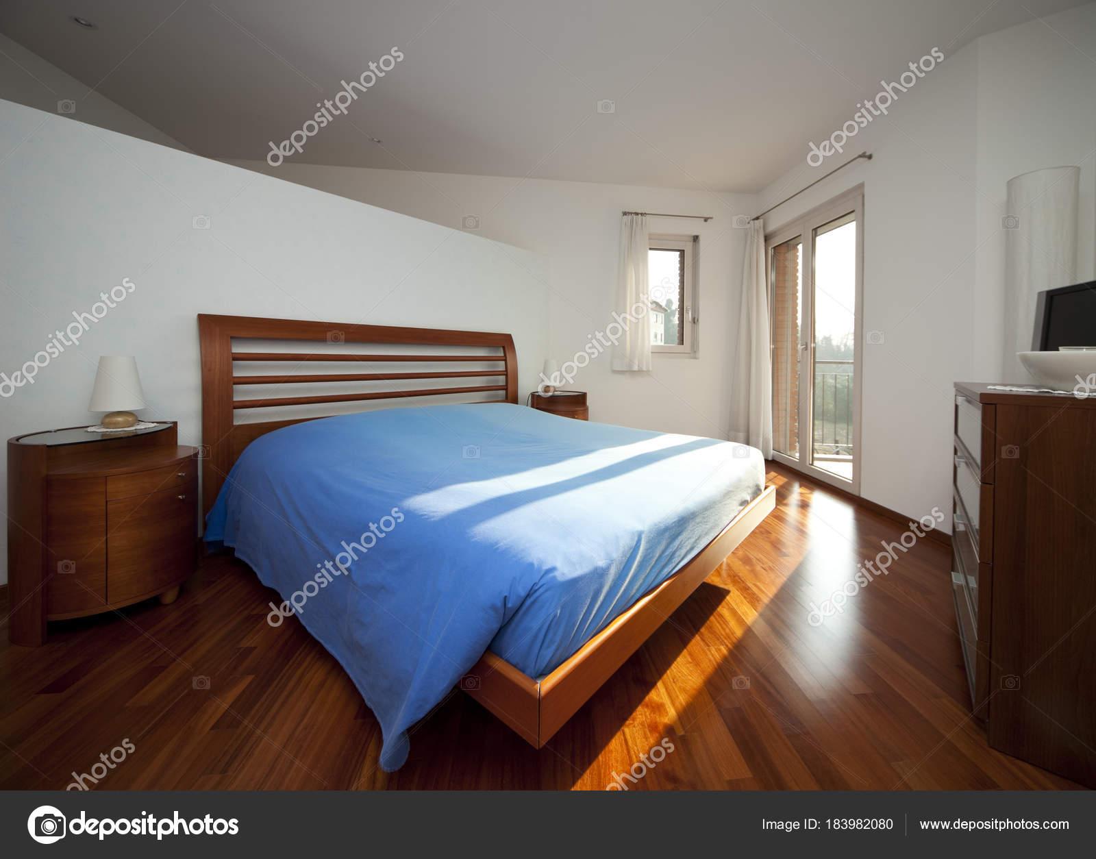 Moderne houten slaapkamer interieur u2014 stockfoto © zveiger #183982080