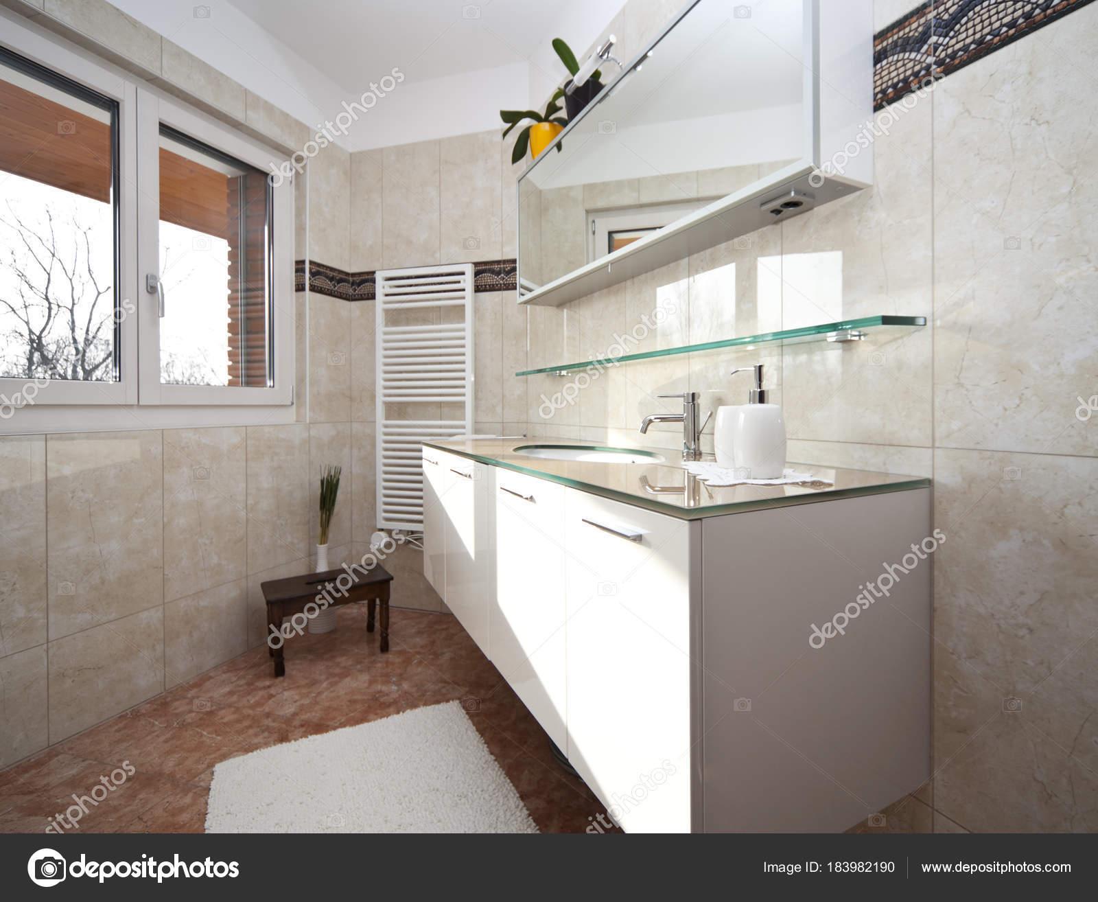 Rose, blanc et intérieur de la salle de bain en marbre ...