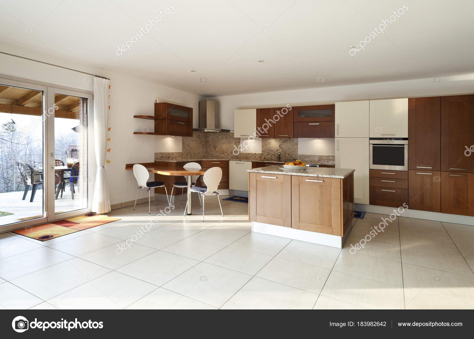 Cozinha Moderna Com Ilha Madeira Granito E Cereja Fotografias De