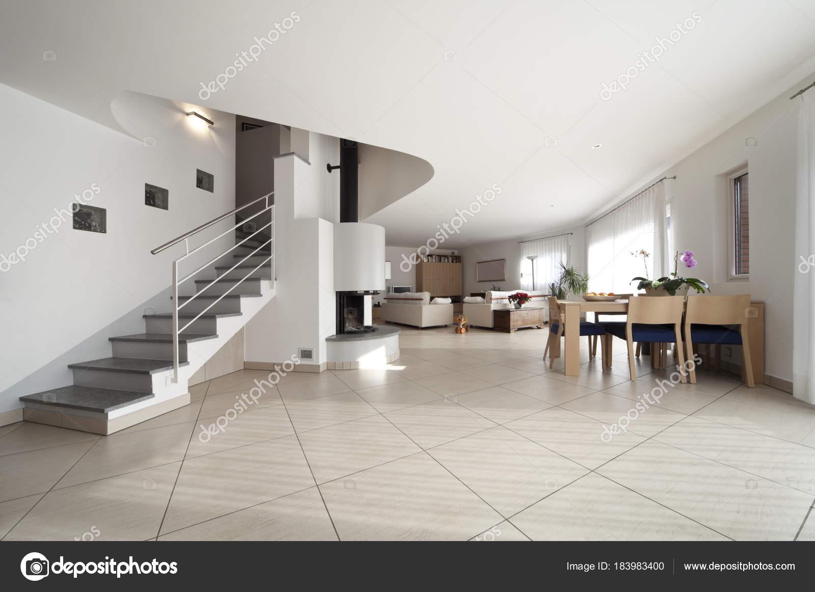 ampio soggiorno interno, Appartamento su due piani con scale — Foto ...